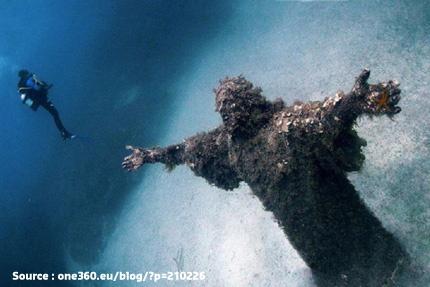 Une sculpture de Jésus-Christ créée par l'artiste Guido Galletti, volontairement placée dans l'océan au large de l'île de Malte. Hommage au célèbre plongeur Dario Gonzatti