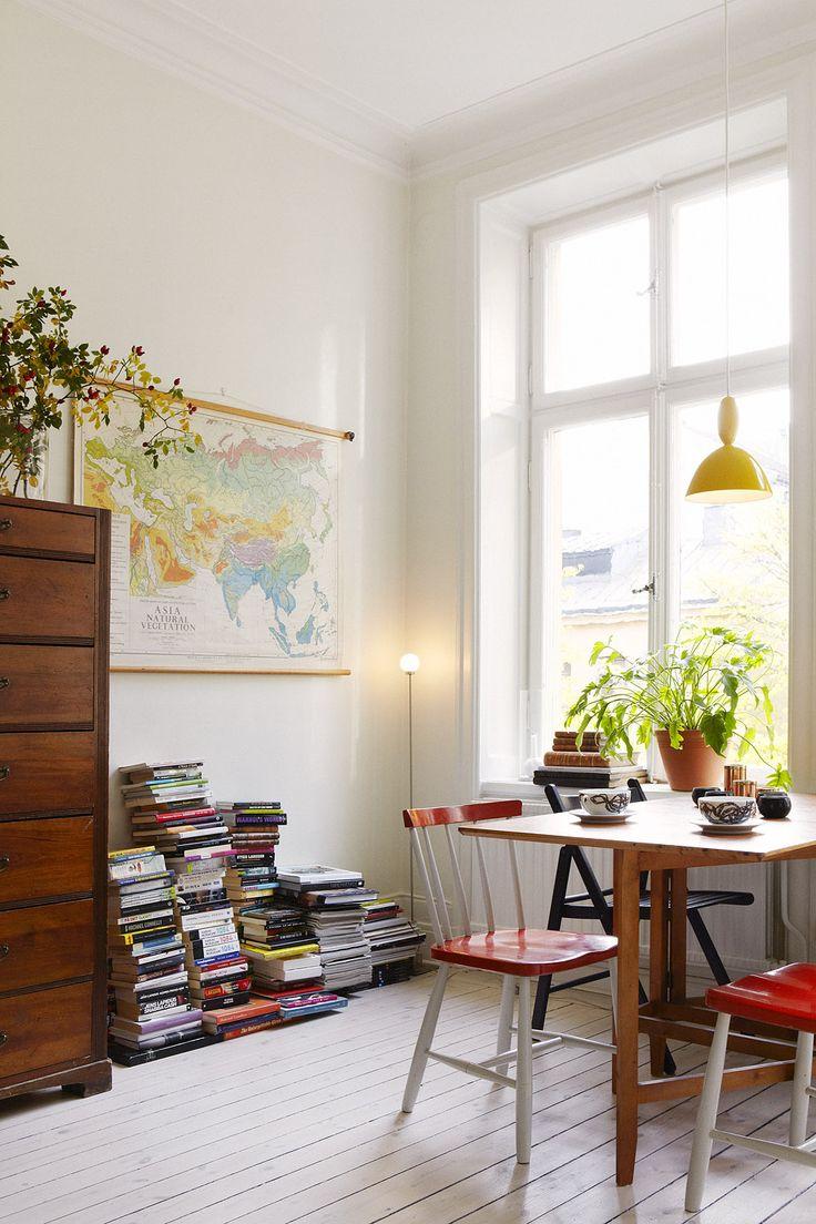 Matbord världskarta böcker