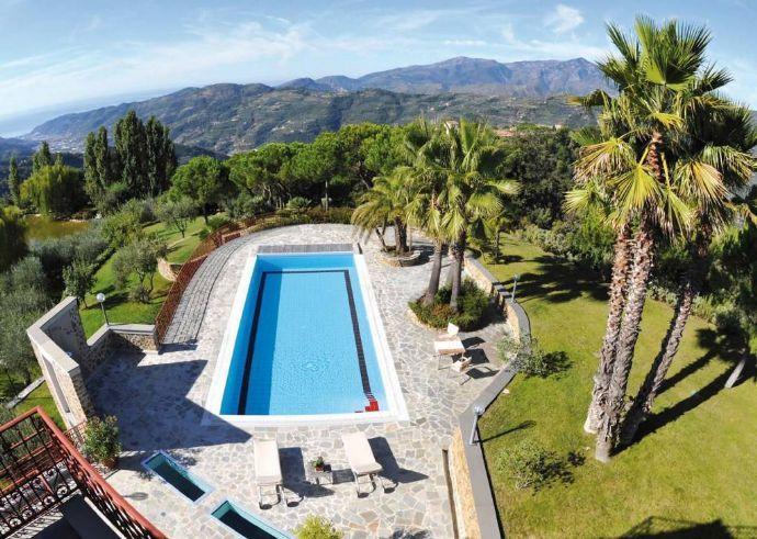 """Wer möchte hier ins kühle Nass eintauchen? 💦 Diese Villa mit Pool liegt oberhalb des italienischen Dorfes mit dem zuckersüßen Namen """"Dolceaqua"""". Das wäre doch eine fantastische Ferienvilla!"""