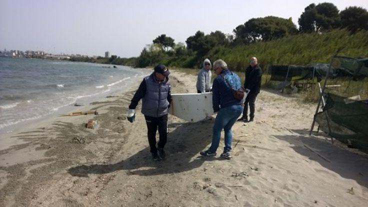 Taranto - Volontari hanno pulito lido Chiapparo - foto