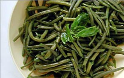 Fagiolini al basilico - Prepariamo i fagiolini al basilico come contorno leggero ed estivo. La verdura tagliata in piccoli pezzi snella ricetta si unisce a cipolla e sedano tritati, basilico fresco e un poco di burro.