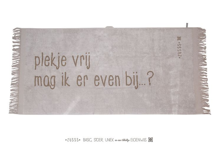 Zusss l Strandlaken 'Plekje vrij mag ik er even bij...?', poedergrijs, 90x200 cm l http://www.zusss.nl/product/strandlaken-poedergrijs-plekje-vrij/