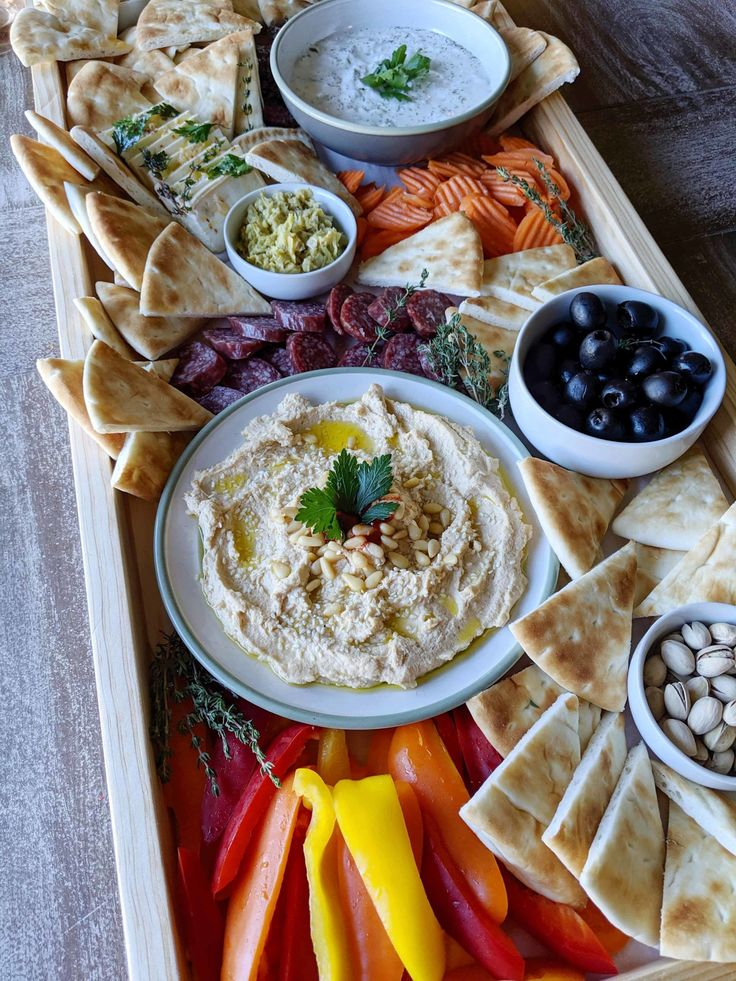 Dinner Party Appetizers, Greek Appetizers, Dinner Party Recipes, Appetizer Recipes, Appetizer Dips, Mediterranean Appetizers, Mediterranean Dishes, Food Platters, Food Dishes