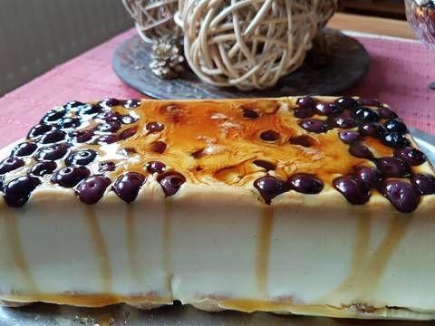 Fabulosa receta para Postre de chocolate blanco con arándanos y amaretto. Postre ligero, rápido y fácil de preparar, no lleva horno.
