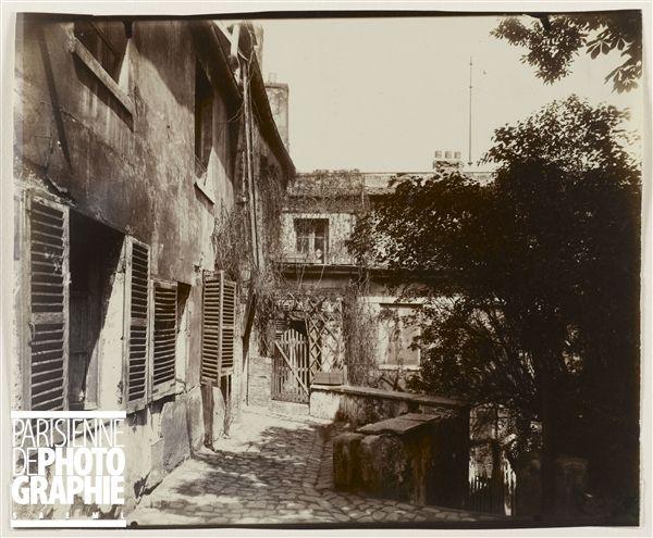 Cour de la maison de Mimi Pinson, 18 rue du Mont-Cenis, Montmartre. Paris (XVIIIème arr.), 1921. Photographie d'Eugène Atget (1857-1927). Paris, musée Carnavalet.