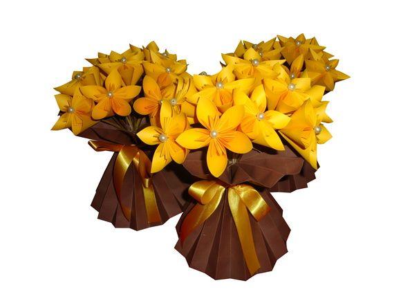 Vaso para centro de mesa com flores com pérolas, todo de origami  Temos várias opções de cores de papeis disponíveis para o vaso e para as flores.        Tempo de produção:    Consulte-nos para informações a respeito do tempo de produção da quantidade desejada.
