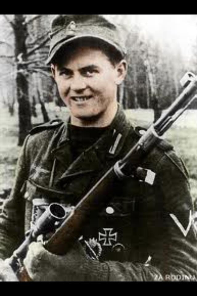 el mejor sniper austriaco de la Segunda Guerra. Este soldado es el Gefreiter Matthäus Hetzenauer. 345 muertes confirmadas y su asesinato mas lejano fue de una longitud de 1100 metros.
