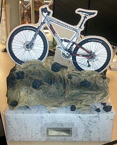 Een grote bmx fiets op een berg. Leuke surprise