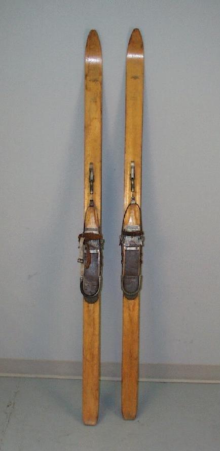 Jouez dehors plus! Une paire de skis alpins 'Super Deluxe' de 1947.