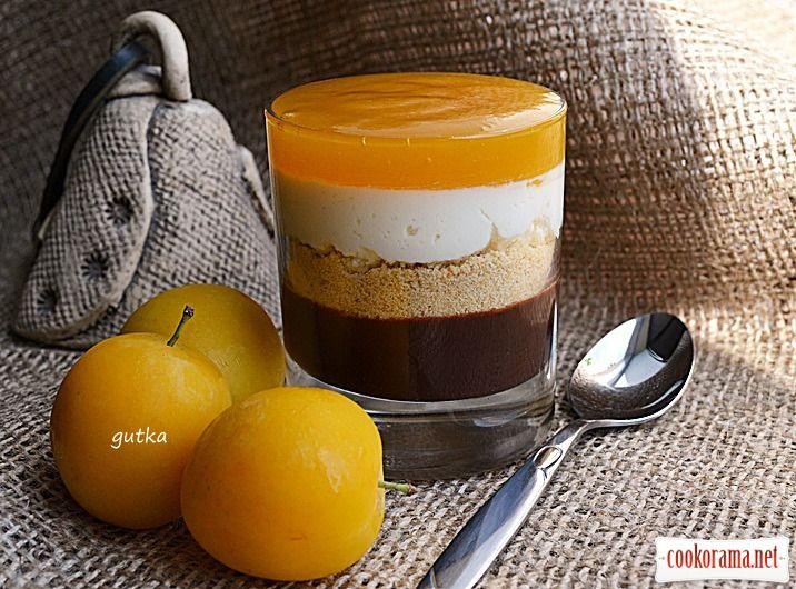 Творожно-шоколадный десерт со сливовым соусом