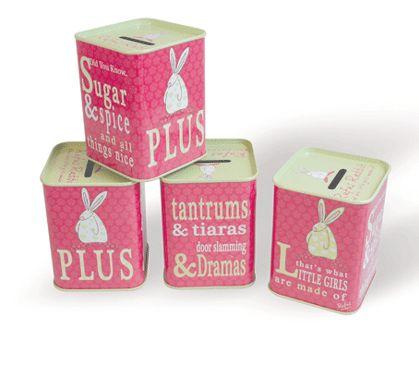 Rufus Rabbit Sparebøsse Mørkrosa.  La barna lære seg tidlig verdien av klingende mynt! Sparebøssen med penger lager lyd som barna kan underholdes med. Barna elsker lyder.  Sparebøsse laget av metall. Størrelse: H 9,5 cm x B 7 cm. Sparebøssen kan åpnes i bunnen.   NB: Sparebøssen leveres tom. Vi har brukt alle pengene på godterier!