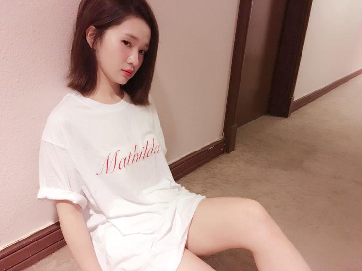 『Mathilda』T shirt...:マチルダは、映画 Leon にでてくる女の子。少女なのに、オンナっぽさが漂うそんな彼女がモチーフ。薄手のてろっとした質感の生地をたっぷりとって、少しくすんだ赤。ピンクとは異なり、ギリギリの丈になっています。なんだかセクシー。なTシャツPui 2017ssのテーマです。素材 コットン100% てろっとしたと表記していますが、コットンなので汗でひっついたりなどはありません。2枚以上ご購入の方には、Puiトートバッグのノベルティがつきます♡サイズ 着丈 75cm 身幅58cm 袖丈 21cmカラー ホワイトご予約の納期は1週間ほどとなります。予約商品と即納商品をご一緒にご注文の場合、予約商品とともに発送となりますのでお気をつけください。ステッカー、バッグはなくなり次第終了となります。ご了承ください。