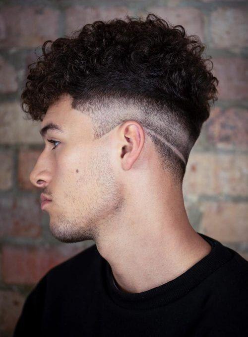 40+ Best Low Fade Frisuren für Männer - Low Faded rasierten Ausschnitt mit Top Curls