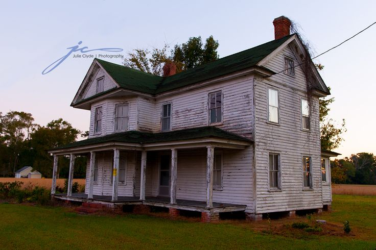 Creepiest abandoned home to date. Something went down here I think. Very very unsettling experience