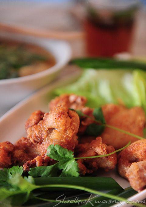 Smażone na głębokim tłuszczu potrawy są bardzo popularne w Japonii. Je się je na lunch, na obiad a także jako przystawkę do piwa. Nasz propozycja to błyskawiczny w przygotowaniu kurczak, podawany z ziołami i zawijany w liście sałaty. składniki na…