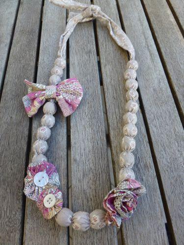 Diy collier boule en tissu ! http://lapetiteboutiquedesgourmandises.blogs.marieclaireidees.com/