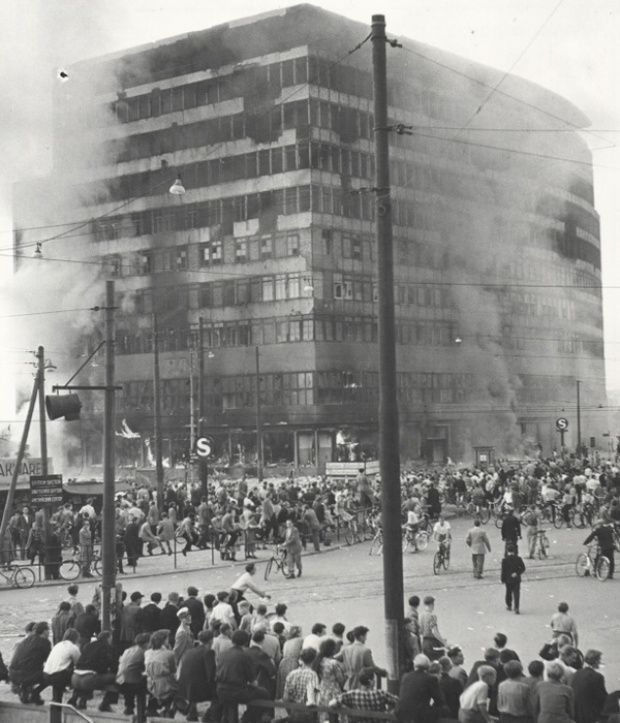 Das Columbus-Haus in Ost-Berlin wird von Demonstranten am 17. Juni 1953 gegen 17.00 Uhr in Brand gesteckt. (© Landesarchiv Berlin)