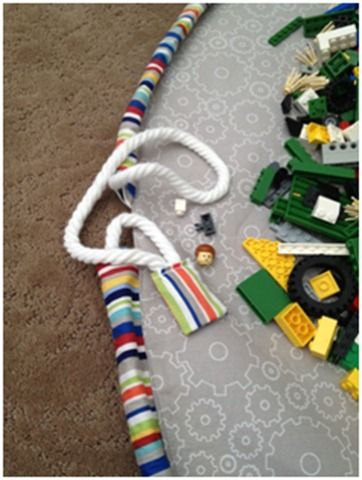 could be used for duplo, train tracks, little people etc - great idea!!! drawstring Lego play mat tutorial!