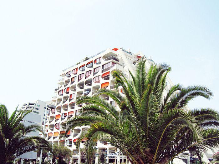 La Grande Motte, naissance des vacances / Dans les années 1960, l'architecte Jean Balladur invente le tourisme balnéaire des classes moyennes. La Grande-Motte, sa création, a fait scandale. Il est grand temps de redécouvrir la beauté de cette cité et la douceur d'y vivre – le temps des vacances.