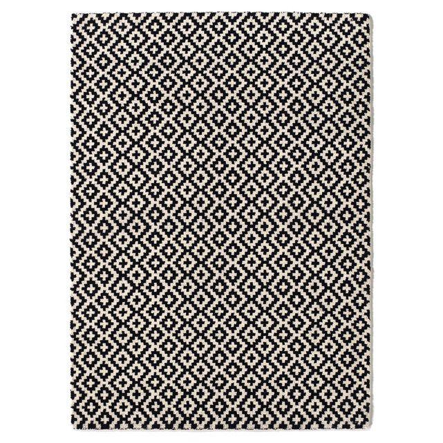 Inspiration ethnique à motif de croix encadrées et belle matière pour le tapis tufté en laine Nevio à l'esprit très graphique.Caractéristiques du tapis tufté en laine Nevio :100% laine.3000 g/m².Qualité :Les tapis en laine peluchent naturellement au cours des premiers mois. Ceci n'est pas un défaut de fabrication. Ce phénomène disparaît le plus souvent après un ou 2 passages à l'aspirateur (passer l'aspirateur toujours dans le sens des poils et non à contresens).Dimension...