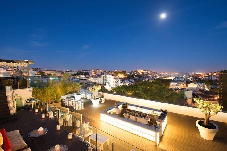 Ainda não há data certa para a abertura do Sky Bar, um dos rooftops mais concorridos de Lisboa. É sempre em abril é certo, e junto da recepção percebemos que há previsão que seja a partir de dia 15, mas não há certeza. O espaço fica junto ao restaurante Terraço, no último piso do Tivoli … Continued