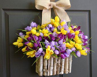zomer krans voorjaar kransen met berken schors vazen, Witte Lelie van de vallei, Mothers Day krans cadeau, voordeur decoraties Pasen buiten krans  Deze aanbieding is voor mooie lelietje van dalen krans. De perfecte voordeur of wand decor, bruiloft decoraties. Een geweldig cadeau voor lente/zomer, bruiloft, verjaardag, Moederdag... Deze regeling wordt gemaakt met kunstmatige lelietje van dalen bloemen en berkenschors opknoping mand/container er eindigen met pijl en boog lint voor een perfecte…