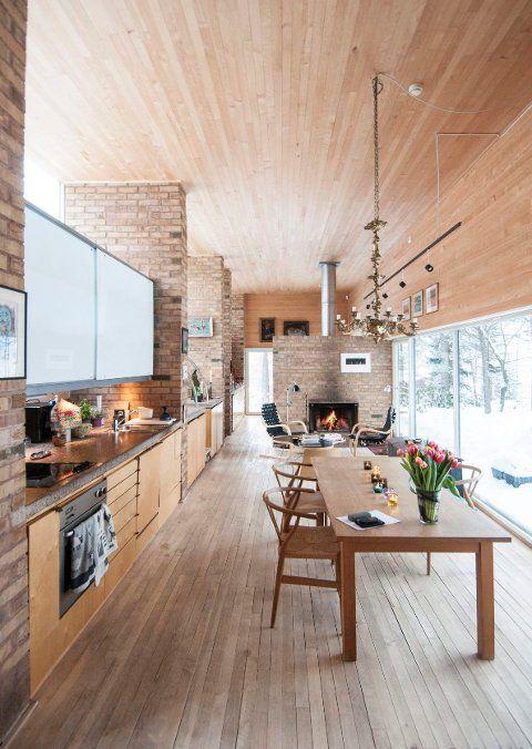 NATUREN TETT PÅ: De store vinduene gir en følelse av å være ute i naturen når man står inne i stuen.