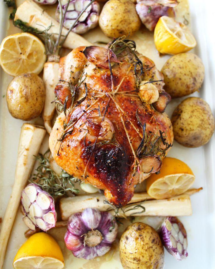 Helstekt kylling med hvitløk og persillerot (med honning på skinnet) / Roasted whole chicken with garlic, root parsley and honey