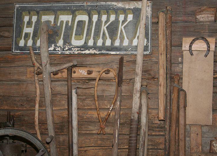 Tallista löytyy sinne kuuluvaa esineistöä. Hevosenkengän on uskottu tuovan onnea. Oulu (Finland)