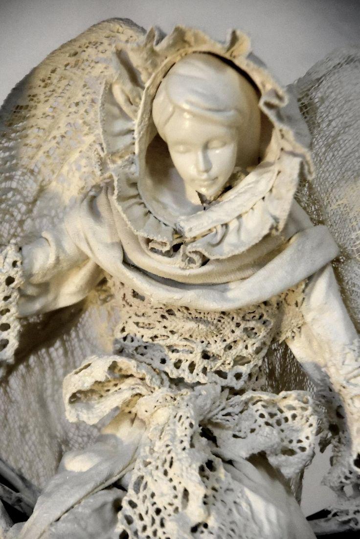 Powertex - anioł wykonany technika utwardzania tkanin, osadzony na kole  z wikliny