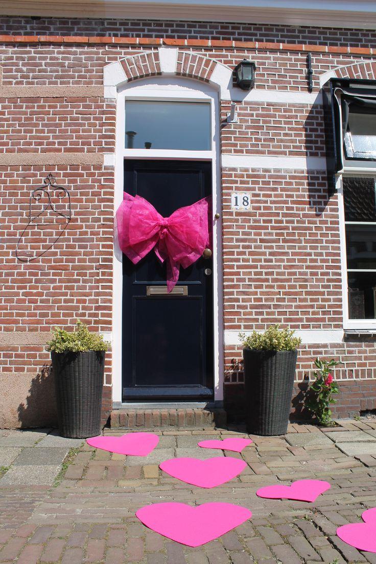 Roze strik op je deur voor een geboorte of een trouwfeest. Doe er dan ook gelijk wat roze harten bij i.p.v. een loper. Bestellen? www.strikkenland.nl