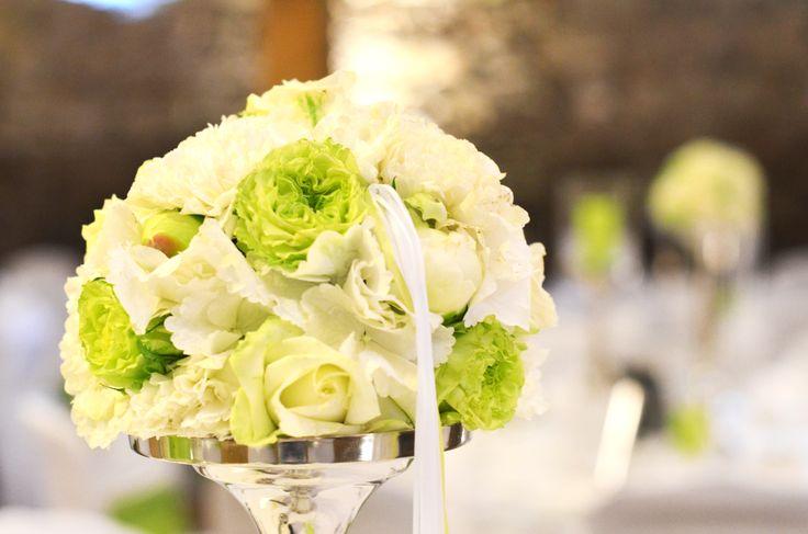 Immer wieder #schön anzusehen - #Blütenkugeln aus #Hortensien #Rosen und #Nelken - #elegante #Tischdekoration in #Grün und #Weiß für #Hochzeit #Firmenveranstaltungen und #Geburtstage -#weddingdecor #bouquet #wedding #ideas #tabledecor