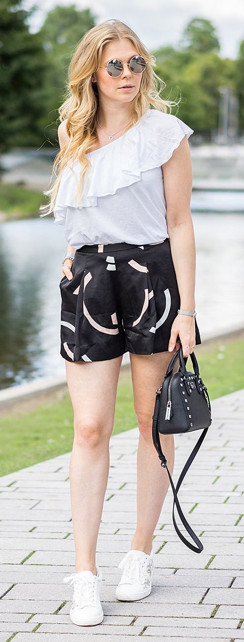 sneakers, weiß, sommer, summer, outfit, inspiration, blond, blond girl, streetstyle, volant, rüschen, shirt, bag pack, handtasche, michael kors, new look, sunglasses, cool, stylisch