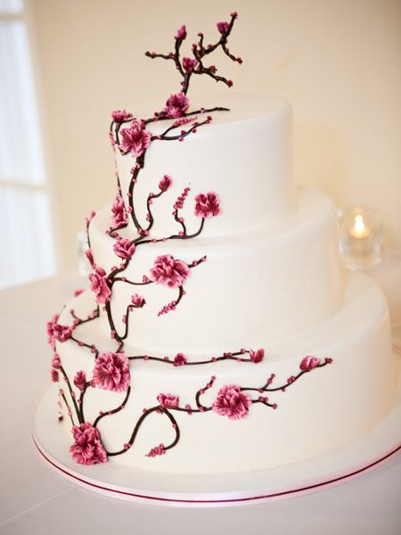 Hochzeitstorte mit dekorativem Kirschblütenzweig
