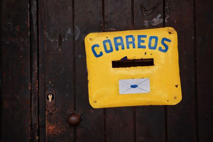 """DÍA 128: """"Buzón cibernético"""". El último grito en domótica, la nueva sensación en diseño y prestación para su mensajería en casa, jajaja. Una buena idea, siempre es una buena idea y si ahorra costes, mucho más. #correos #domoticaactual #ideaoriginal  #mensajeriaencasa #streetphotography #arteurbano #buzon #mailbox #letterbox #buzoninteligente #puertaoriginal #mymagicalmoments #masquefotografia #mimundo #picoftheday #fotodeldia #movilgrafias #lauramardi_proyecto365"""