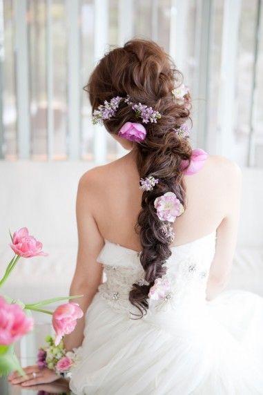 ボーンテイルに自分の大好きな花を散りばめて ウェディングドレス・カラードレスに合う〜ラプンツェルみたいな花嫁衣装の髪型一覧〜