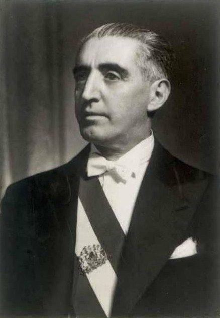 JUAN ANTONIO RÍOS MORALES, fue un político chileno, Segundo Gobierno Radical, Presidente entre el 2 de abril de 1942 y el 27 de junio de 1946, tras la inesperada muerte de Pedro Aguirre Cerda. Fallecido en el ejercicio de su cargo, su muerte marcó el inicio de la polarización en la política chilena haciéndose cada vez más estrechos los resultados en las elecciones presidenciales en adelante. En enero de 1946, el presidente Ríos debió alejarse del mando supremo para atender su debilitada…