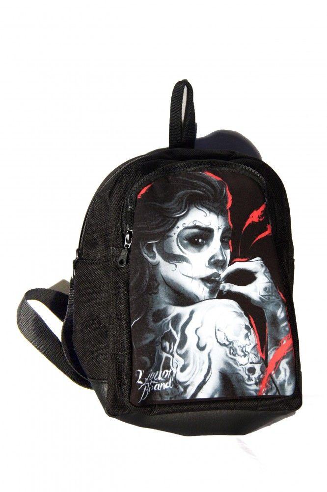 Hátitáska, hátizsák, tetovált nő