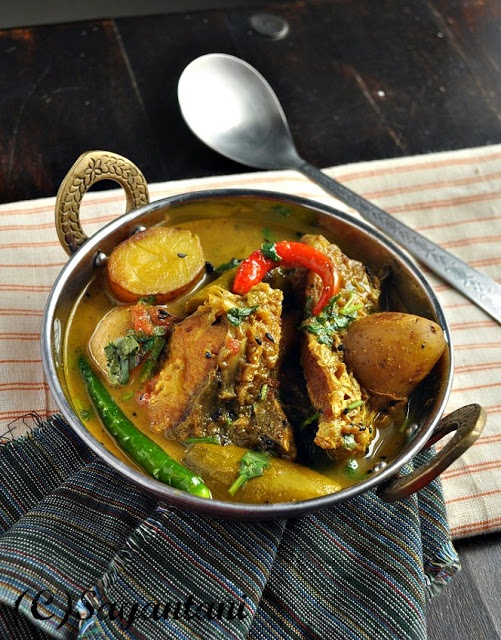 A Homemakers Diary: Alu Patol die Macher Patla Jhol (Light fish curry with potato and pointed gourd)