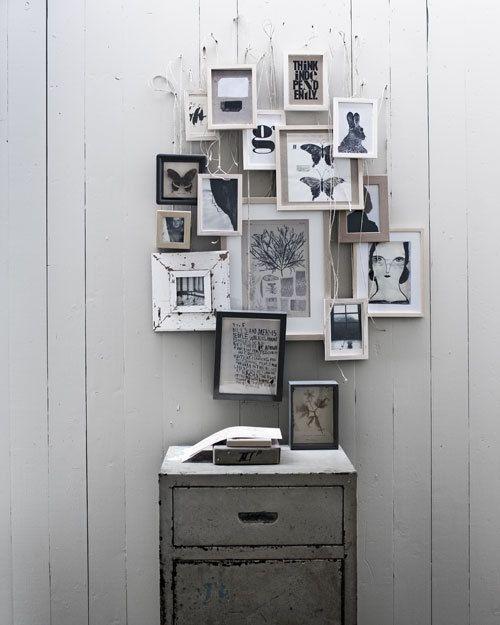 Lekker nonchalant: allemaal verschillende houten lijsten gevuld met foto's en illustraties, sommige gewoon gevonden op internet en geprint.
