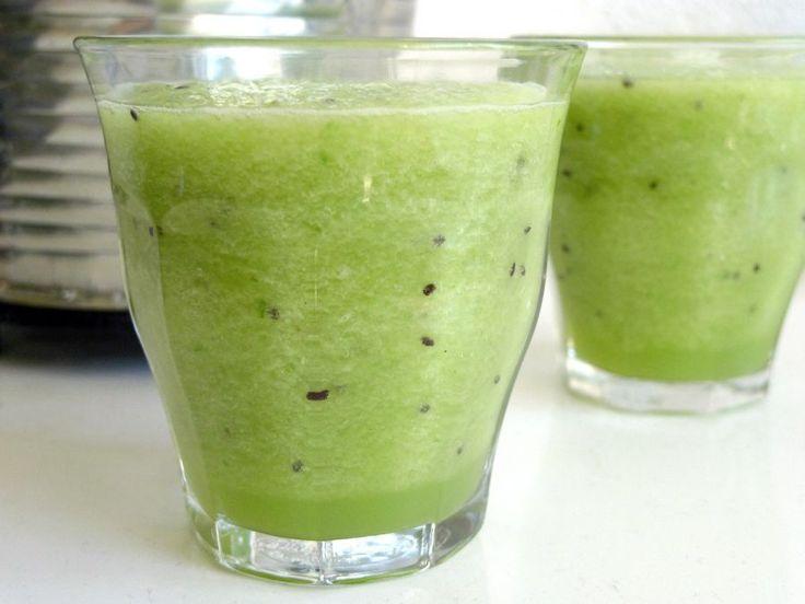 Met je staafmixer tover je in een handomdraai de lekkerste smoothies op tafel. In deze verfrissende smoothie gaan o.a. kiwi, komkommer en kokoswater!    http://degezondekok.nl