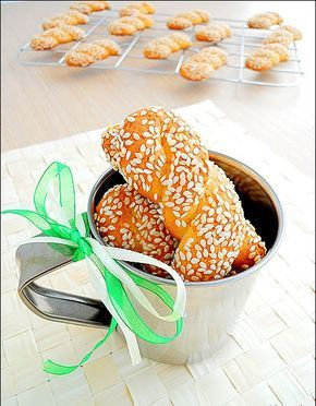 ...από τη Μυτιλήνη με αγάπη!!! Υλικά 1 κούπα  ελαιόλαδο 1 κούπα πορτοκαλάδα 1 κούπα ζάχαρη 30 γρ. σουσάμι ξύσμα  από ένα πορτοκάλι ξύσμα ...