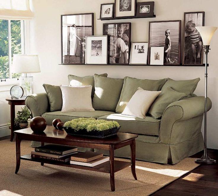 photos au mur en noir et blanc et canapé droit en vert pastel