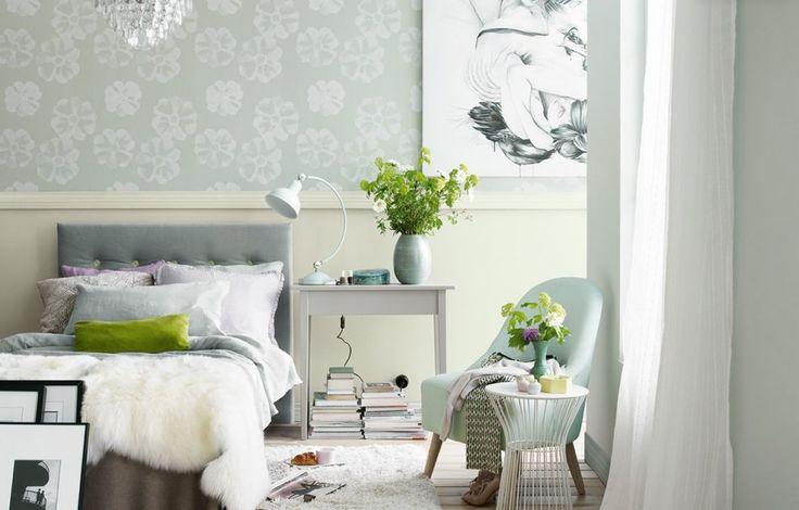 Tapeta o delikatnym kwiatowy wzorze i pastelowa ściana - sprawdź!