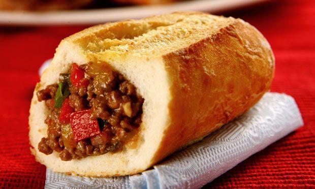 Buraco quente diferente, mini baguetes ,  carne moída, tomate , pimentões coloridos , cheiro verde e queijo prato