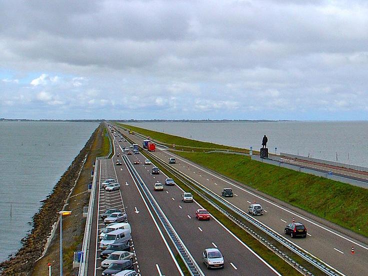 File:Afsluitdijk met standbeeld Lely.jpg