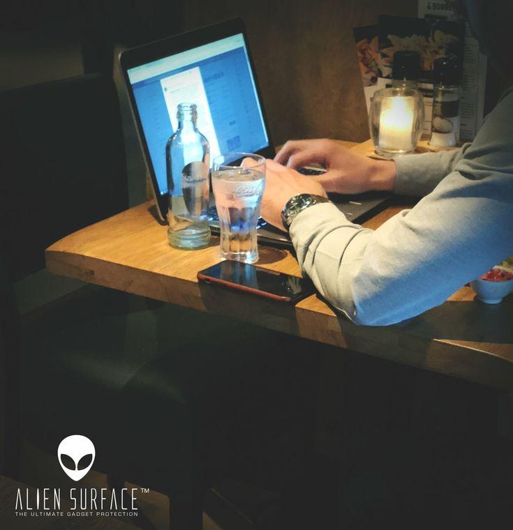 Prin câte accidente a trecut telefonul tău?  De câte l-ai ferit?😱  Alege bine locul în care îți pui telefonul!✅🙂  www.aliensurface.ro 👽#AlienSurface™