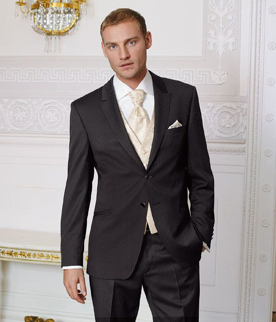 2 button Notch tuxedos are always a trend. great look for the groom on wedding day