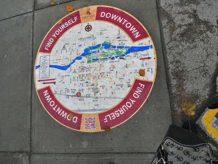 Estampa de mapa localizador na calçada em relação ao centro da cidade. Spokane WA EUA