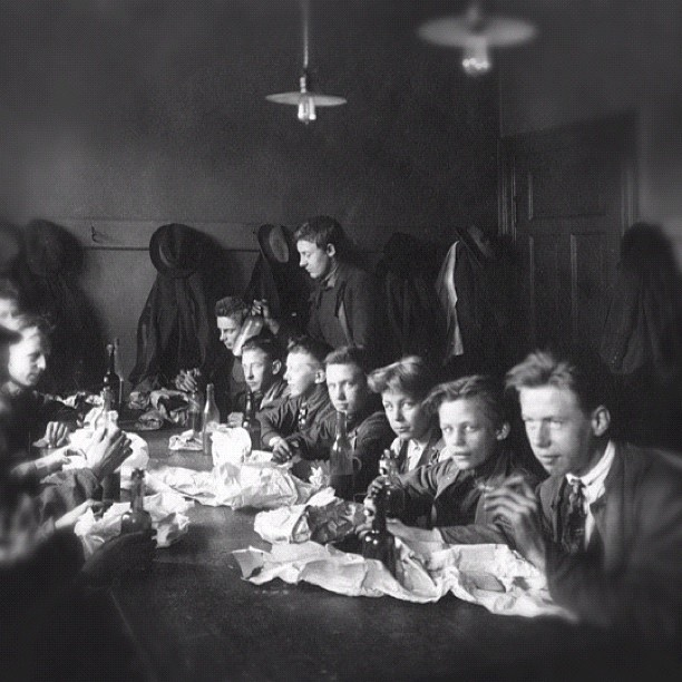 "@akerselvadigitalt's photo: ""Instagram anno 1923. Frokostpause for metallarbeiderelever ved Håndverks-og industriarbeiderskolen, #Elvebakken. #Oslo byarkiv. oslobilder.no"""